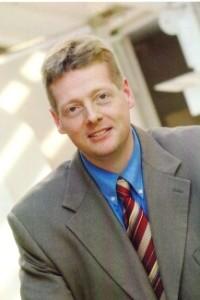 ein Mann im Anzug mit gestreifter Krawatte