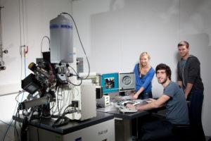 FAU Uni Erlangen Werkstoffwissenschaften Studenten Seminar Atommodell Exponate Turbinenschaufel Metallschäume Laserprinting Hüftgelenk TEM TMF Diamantanlage Reinraum Flow Boxen Elektronenmikroskop